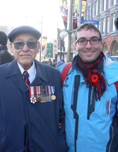 05.Ottawa, 11 novembre 2007. Insieme a un reduce dell'Esercito britannico della 2ª guerra mondiale (Cerimonia della Vittoria della Grande Guerra)