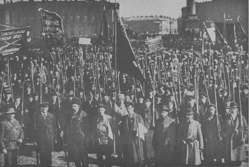 1600px-Guardias_Rojos_junto_al_palacio_de_invierno,_otoño_de_1917